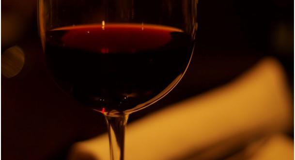 Podle vědců pomáhá víno řešit spisovatelské bloky