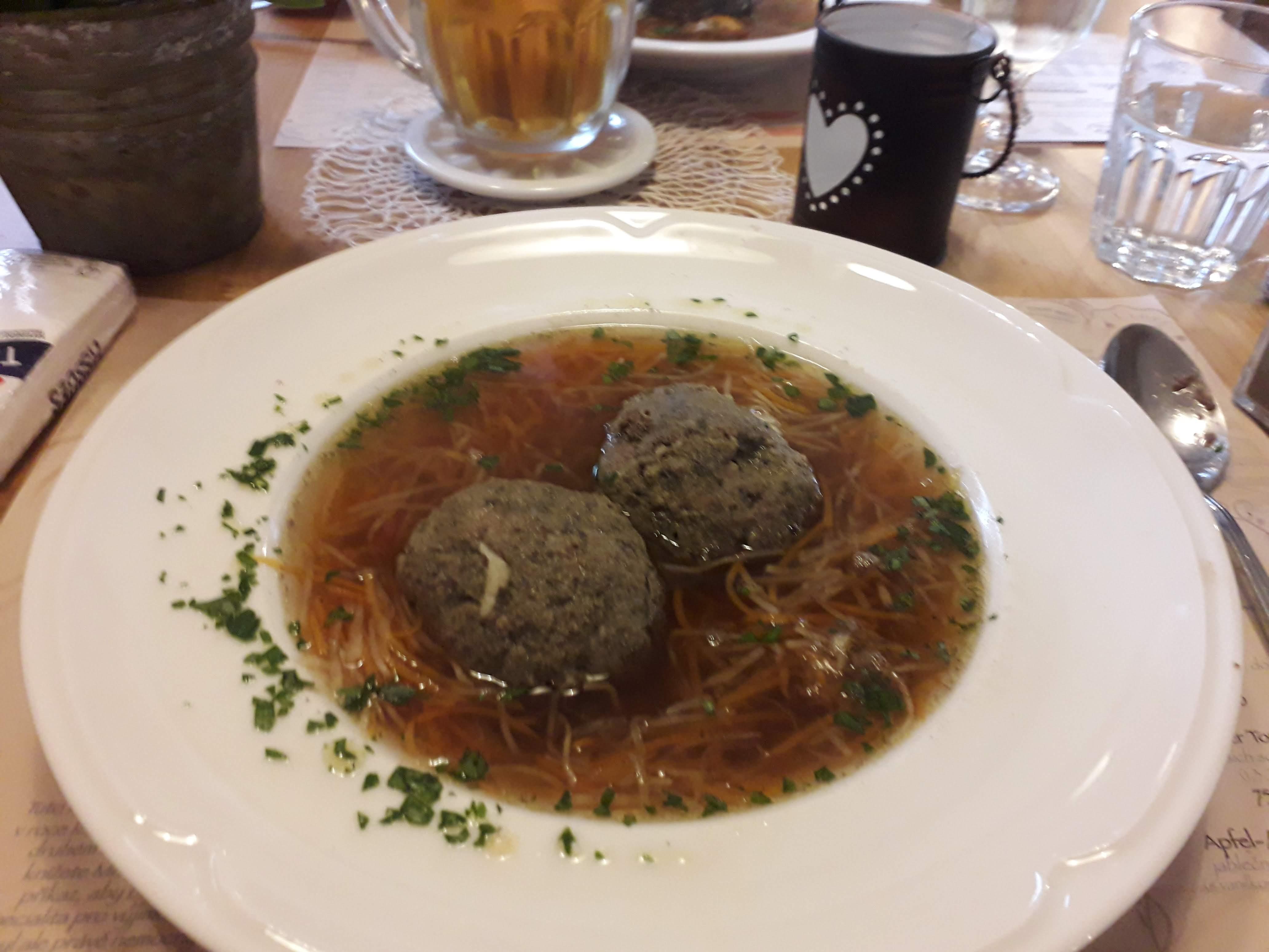 Hovězí polévka s rakouským játrovým knedlíkem
